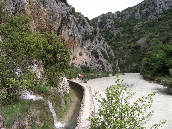 Слева - арык с чистой горной водой. В паводок заливается рекой.