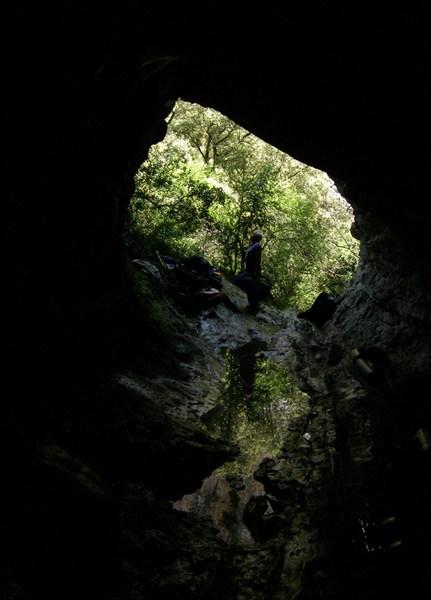 Вид изнутри пещеры.