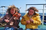 Финские гости исполняют на палубе тему из `Титаника`