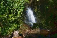 Тропа периодически пересекает небольшие водопады