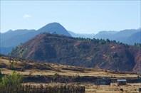 На холме находится главный буддийский монастырь Мечуки