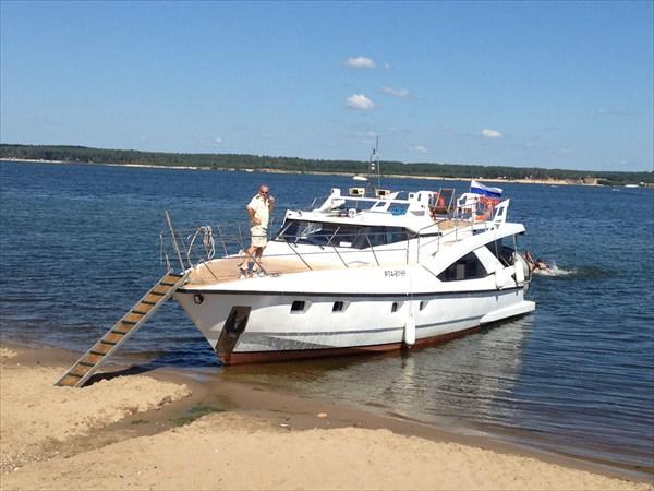 на фото: Яхта