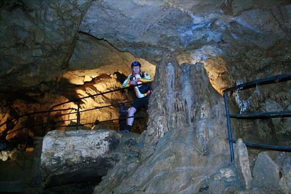 В красной пещере.