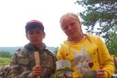 Участники Робинзонады и изготовленные ими ложка, миска и кружка