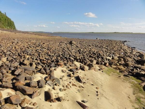 Камни и песочек.
