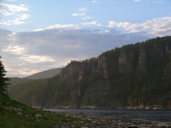 Скалы Олёкмы после притока Тас-Миеле в вечернем свете