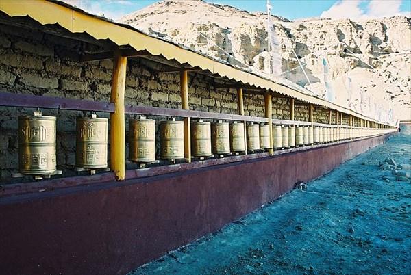 стена молитвенных барабанов