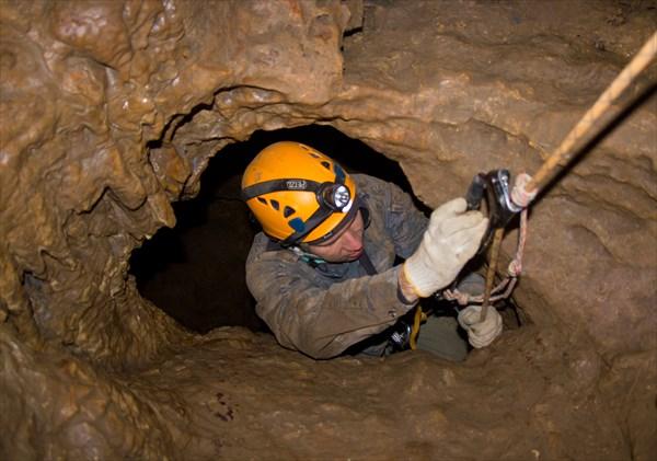 Вертикальная узость - Саня выползает из колодца. Геологов-1