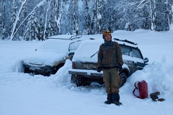 Закопанные машины. Снега тут хватает )