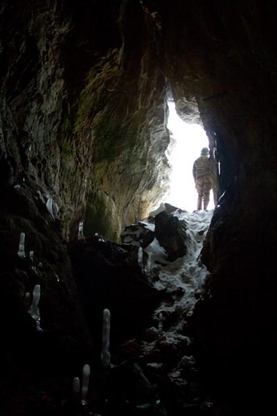 Вход в неизвестную пещеру изнутри.