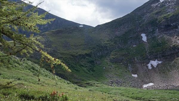 Гребень, по которому можно спускаться с перевала Озерный