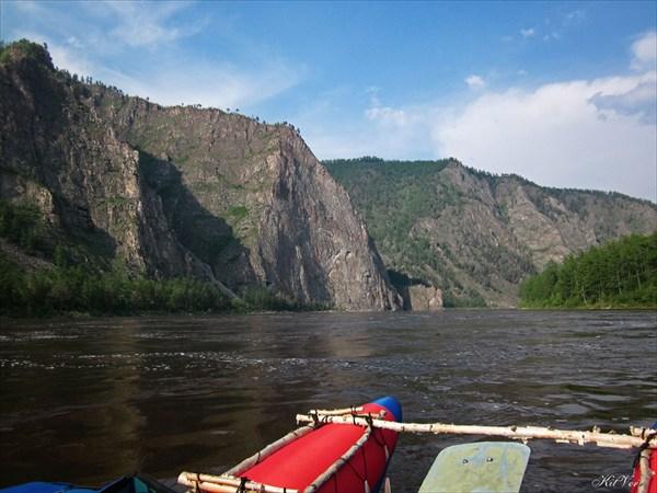 на фото: Скалы после порога Тумуллурский
