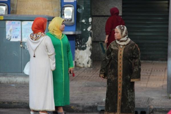Как одеты  женщины на улице