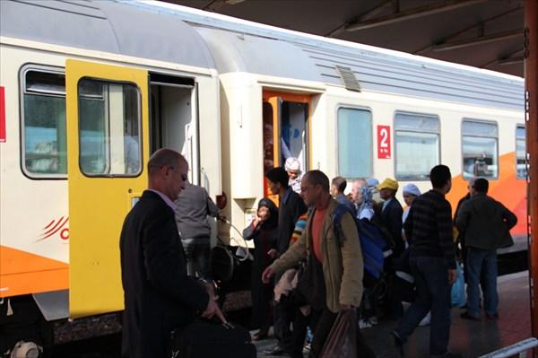 Пассажиры толпятся у вагона второго класса