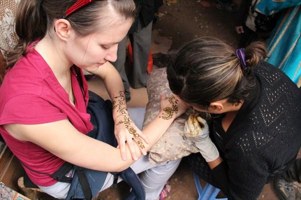 Рисунок хной на рынке Агадира