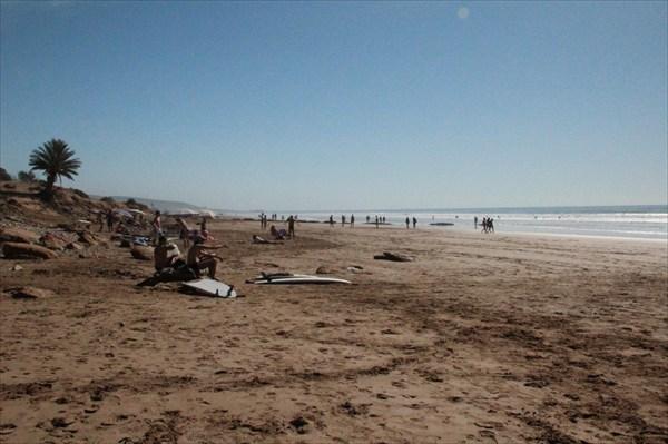Пляж и океан в районе Тагазута усеян серферами