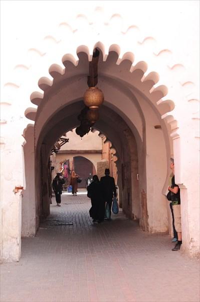 Красивая арка на рынке в Марракеше