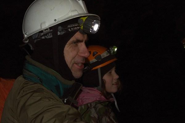 Матерые спелеологи тащут с собою в пещеру даже детей.