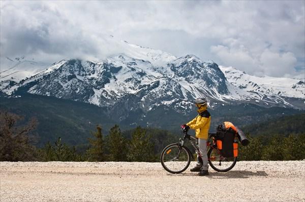на фото: Спуск с перевала