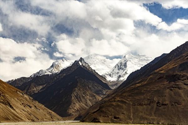 на фото: Вид на северные склоны хребта Гиндукуш.