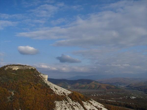 на фото: Вид на Тепе-Кермен с Кыз-Кермен