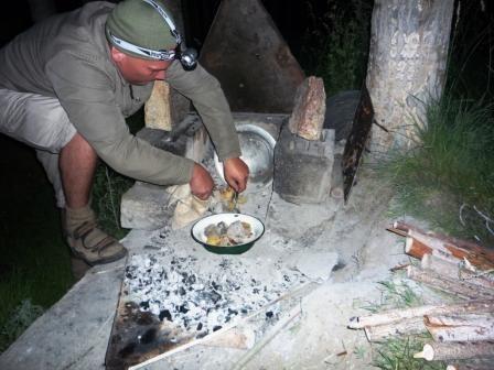 39.Тарас готовит ужин - курица с запеченной картошкой.