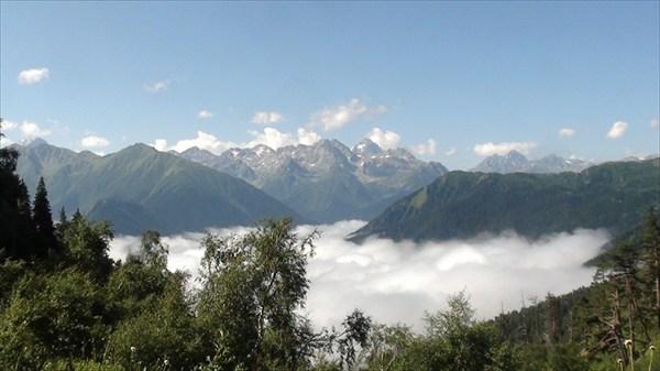на фото: Облака за Архызом