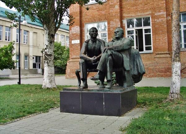 Памятник Королёву и Гагарину.