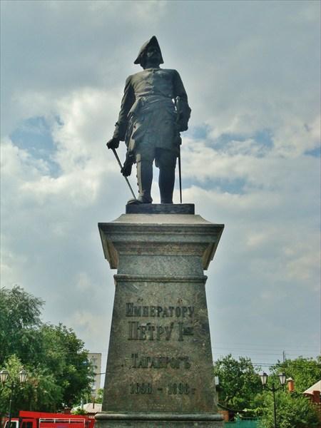 Памятник основателю.