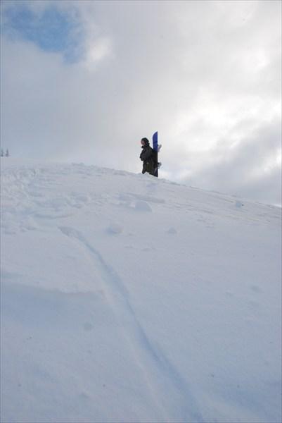 одинокий сноубордист совершает подъем