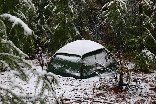 Палатку занесло снегом