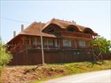Современный дом с соломенной крышей