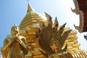 Золотой храм на горе в окрестностях Чиенгмая, Северный Таиланд
