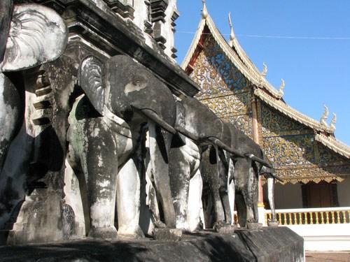 на фото: Храм в Чиенгмае