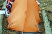 Хорошо поставленная палатка. Между двух бревен - чтобы не унесло