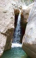 Такие симпатичные водопадики можно встретить на местных речках