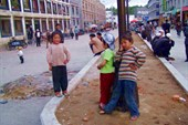 Дети на улице Лхасы