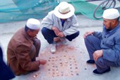 Китайцы любят играть во всякие игры типа шашек и нард