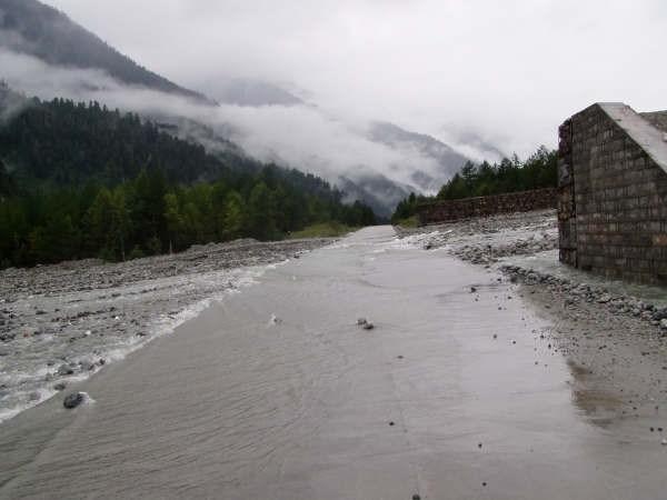 Дорогу в Тибете пересекает настоящая река