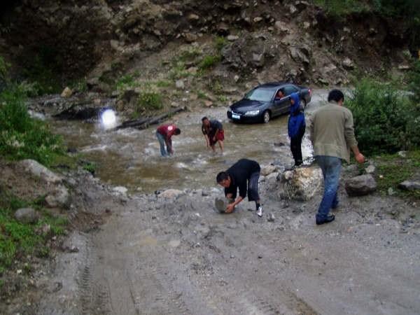 Дороги Тибета часто пересекают такие ручьи.