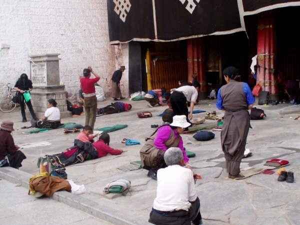 У входа в монастырь Джоканг