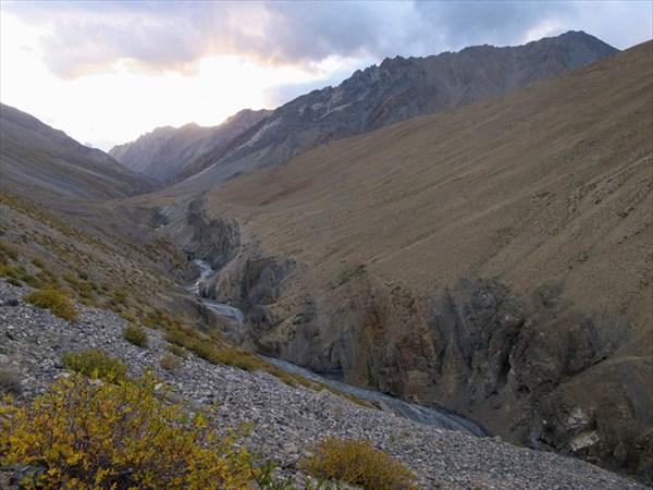 Тропа на перевал Канжи Ла обходит каньон реки поверху
