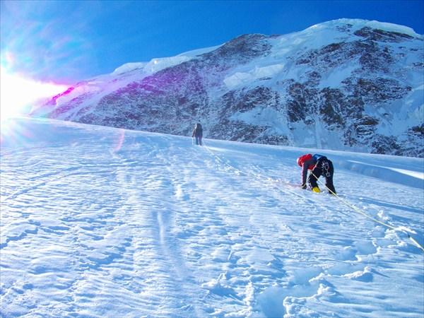 на фото: Бредем по леднику