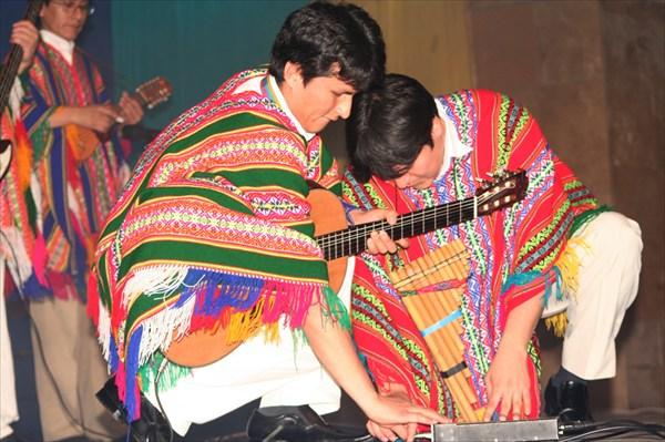 перуанцы настраивают аппаратуру