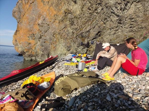 Спасительный пляж в скальных берегах Байкала