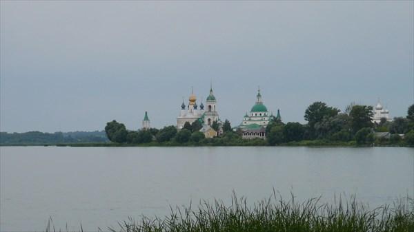 Вид на монастырь с берега озера