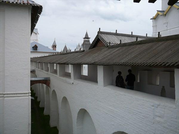 Стена, отделяющая митрополичий сад