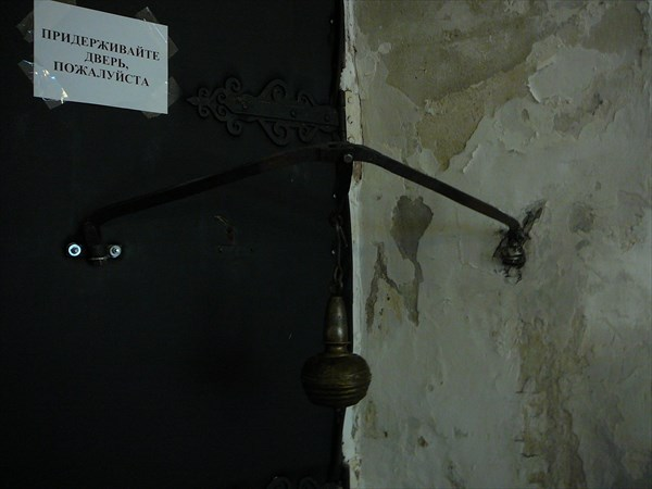 Древний дверной доводчик - действующий