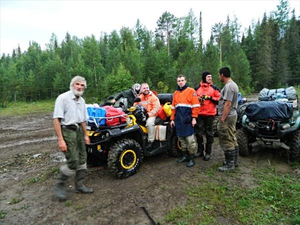 Группа на квадрациклах на базе Ильича.