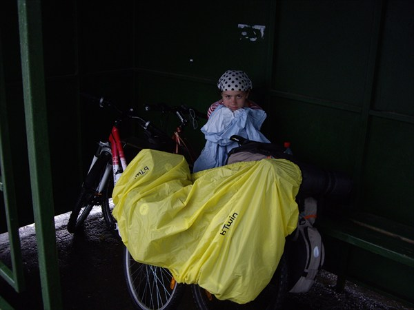 Пережидаем грозу на автобусной остановке под Звенигородом